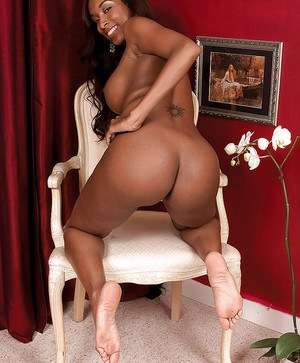 Athletic ebony amateur with perfectly shapely big tits and ass