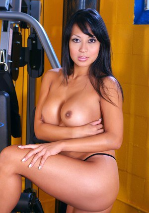 Sporty asian babe Gianna Lynn stripping and spreading in the gym