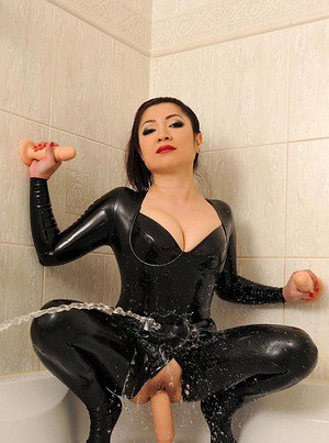 Asian babe in latex Midori Tanaka is masturbating in the bath