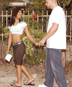 Young ebony amateur Emy Diaz stretches her cunt outdoor