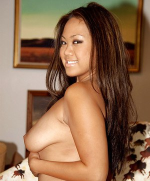 Amateur Asian babe Mia Malee strips and poses completely naked