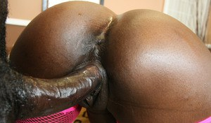 Ebony MILF babe with big ass Kali Dreams stretching her wet cunt