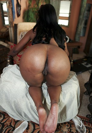 Adorable black babe Jessica Grabbit showing huge tits and butt