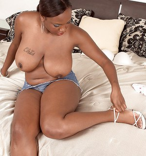 Black BBW MILF Simone Lee denudes her puffy tits and butt
