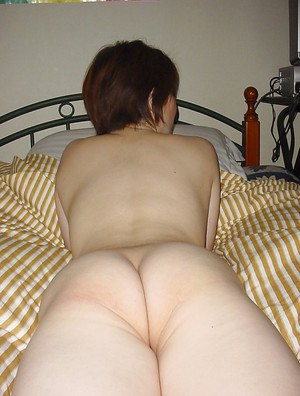 Asian amateur babe with small tits posing naked and gives a blowjob