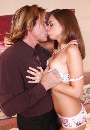 Pretty pornstar Riley Reid gives a blowjob and gets nailed hardcore