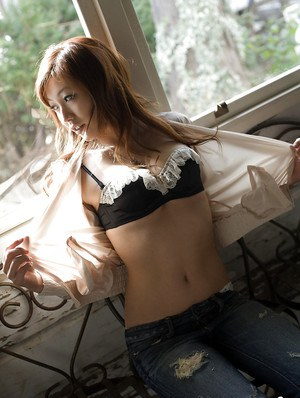 Attractive asian babe Emi Harukaze stripping off her clothes