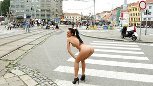 Teenage hottie posing absolutely naked on the crowded streets