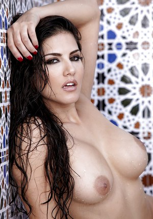Hot pornstar Sunny Leone showcasing her ravishing curves in the shower