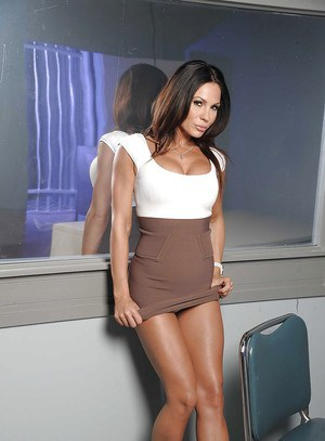 Wooing brunette babe Kirsten Price revealing her shapely body