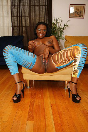 Bootylicious ebony MILF taking off her sexy outfit and oils up her body
