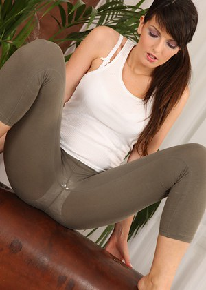 Flexy amateur in sport outfit Cynthia Hill revealing her tempting curves