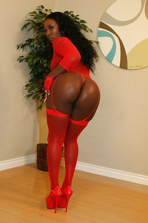 Bootylicious nylon clad ebony lassie demonstrating her goods