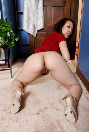 Captivating amateur Asian girl Mandi Miami points at her shaved kitty