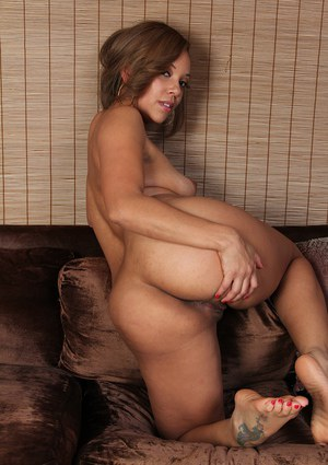 Ebony babe Stacy Welch shows treasure in the inspiring close up scene