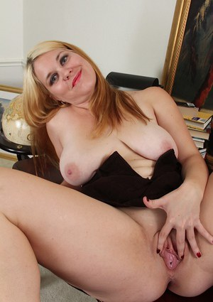 Big tits milf with a fat body Lindsay Jackson is posing naked