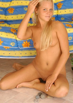 Amateur tanned blonde teen Michaela lets us to enjoy her pussy