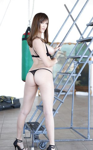 Tasty girlfriend Holly Michaels adores spreading delicious butt