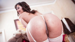 Samia is a brunette babe with a huge ass that loves to be oiled