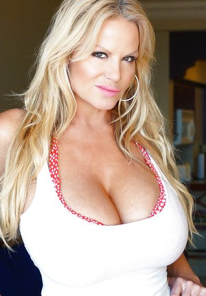 Close up posing from an perfect amateur milf with big tits Kelly Madison