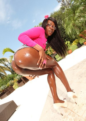 Skyler Nicole shows off her Ebony ass outdoors in sexy glasses