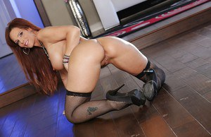 Mature babe with big tits Syren De Mer reveals her big tits and ass