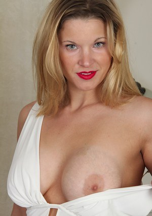 Babe with big boobies Avery Johannson demonstrates her nice tits