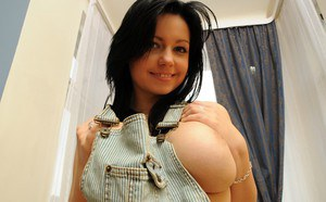 Alluring dark-haired beauty Ellen is showing her cute pink puss