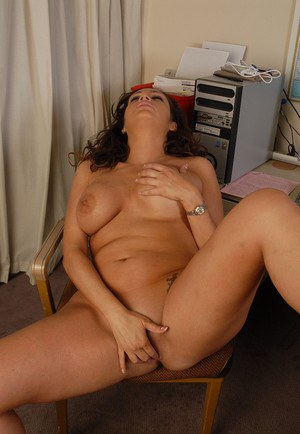 Awesome tanned mature Vannah is masturbating her stunning snatch