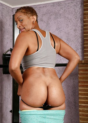 Ebony Donni shows off her juicy black ass after hardcore workout