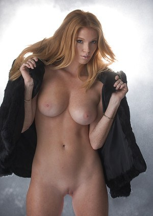 Goddess blonde Elizabeth Ostrander shows us an outstanding strip show