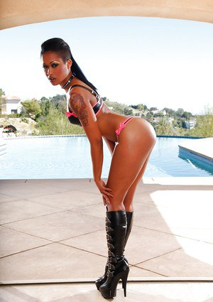 Ebony babe Skin Diamond shows off her absolutely outstanding shape
