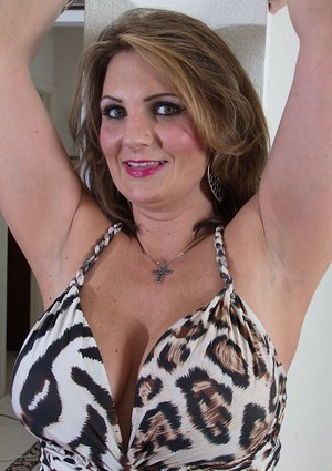 Little-bit fatty milf Cherrie Dixon shows off her natural boobies