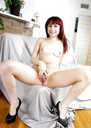 Redhead housewife Jenna Minx stretches her accurate snatch on cam