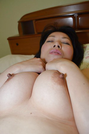 Mature Asian chick Shigeko Yokoi is sucking this pretty horny cock