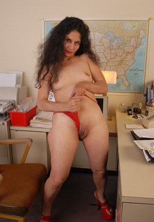 Hot granny Carmen shows off her stunning naked shape and puss