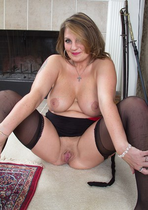 Amicable milf Cherrie Dixon shows her worn-out cavern in nice close-up
