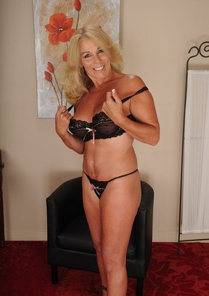 Mature slut with big tits Crystal Taylor analyzes her libido on camera