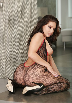 Hot babe Gracie Glam letting her all natural tits loose to the wind