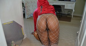Ebony cosplay chick Carmel Bliss spreads pussy in fishnet stockings