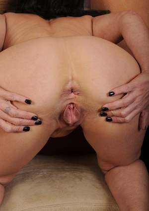 Experienced woman Braxton Kai undressing to spread shaved pink pussy