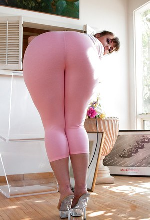 Big booty babe Virgo Peridot showing off sexy ass in yoga pants