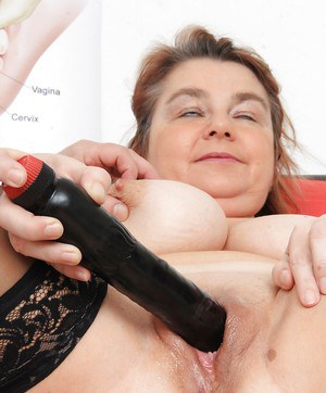 Chunky older lady Drahuse submitting to kinky doctor's speculum insertion