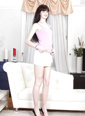 Brunette mom Jessie Jett posing fully clothed before stripping naked № 175799  скачать