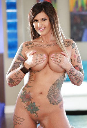 Inked babe model Payton Sinclaire strips to reveal tats and twat