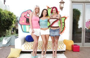 Hot chicks Anna Bell Peaks, Kalina Ryu and Riley Jenner baring naked asses
