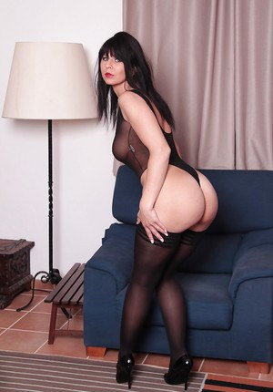 Hot white brunette mom gags and drools on mr 18 inch - 2 5
