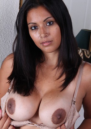 Buxom older tanned beauty Veronica revealing shaved vagina