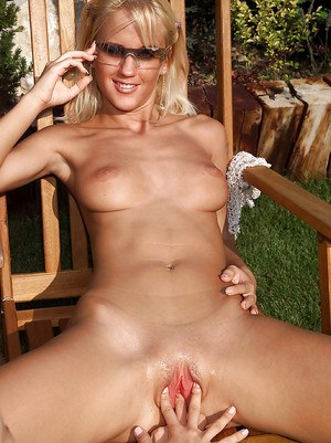 Blonde amateur Cynthia unleashes nice tits outdoors before lesbian fisting