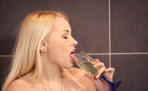 Blonde Euro solo girl Lola Taylor taking piss in shower after masturbating